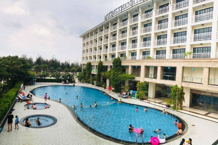 Hồ bơi khách sạn Mường Thanh Hội An